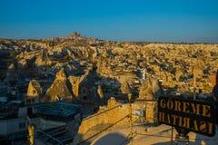 De mening van het observatiedek van Goreme in Zonnig weer: schommel het huis, de heuvels en het kasteel van Uchisar Turkije, stock foto's