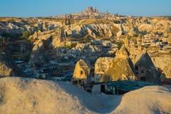 De mening van het observatiedek van Goreme in Zonnig weer: schommel het huis, de heuvels en het kasteel van Uchisar Turkije, royalty-vrije stock foto