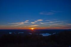 De Mening van het ochtendmeer over de bovenkant van berg Royalty-vrije Stock Fotografie