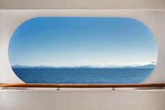 De mening van het oosten over Koningin Charlotte Sound, BC, Canada door het venster van het crusieschip royalty-vrije stock foto