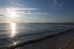De Mening van het Overzees en een Kerel op Pier stock foto's