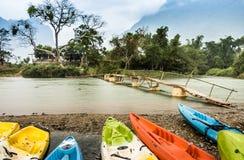 Kayaking op de rivier van het Lied Nam in Vang Vieng, Laos - Regenachtige Dag Royalty-vrije Stock Afbeeldingen