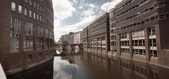 De mening van het panorama van het waterkanaal van Hamburg, Duitsland Stock Afbeeldingen