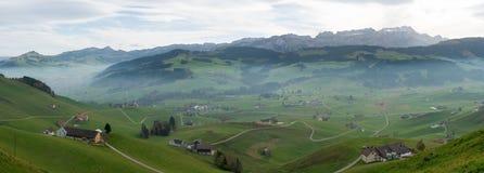 De mening van het panoramalandschap van het mooie Appenzell-gebied in Zwitserland die met IST heuvels en landbouwbedrijven en Alp stock fotografie