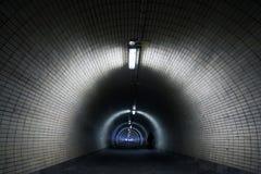 De Mening van het perspectief door een Donkere Tunnel Stock Afbeelding