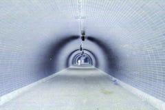 De Mening van het perspectief door een Donkere Tunnel met Menselijk (Negatief) Silhouet Royalty-vrije Stock Foto's