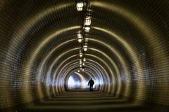De Mening van het perspectief door een Donkere Tunnel met Menselijk Silhouet Royalty-vrije Stock Fotografie