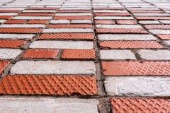 De mening van het perspectief Muur met metselwerk van witte en rode bakstenen Stock Foto