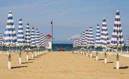 Gesloten Paraplu's - Rimini Strand, Italië Royalty-vrije Stock Afbeelding