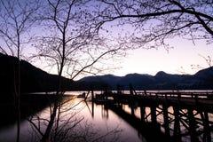 De Mening van het schemeringmeer van Verlaten Pier In Canada Stock Foto