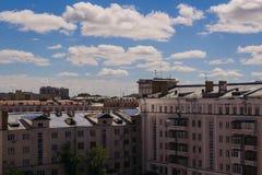 De mening van het stadslandschap, blauwe hemel, mooie wolken, stadsarchitectuur Stock Foto