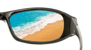 De mening van het strand door zonnebril Stock Fotografie