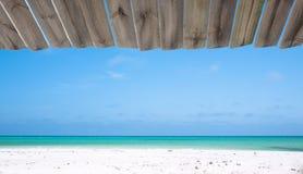 De mening van het strand van een houten hut Stock Afbeeldingen