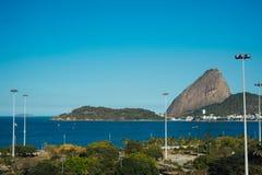 De mening van het suikerbrood van Flamengo-Strand in Rio de Janeiro Stock Afbeeldingen