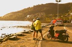 De mening van het toeristenpaar brengt de stad in kaart phuket Stock Foto's