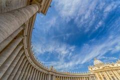 De mening van het vissenoog bij kolommen in St Peter ` s Vierkant, de Stad van Vatikaan royalty-vrije stock afbeeldingen
