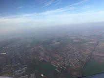De mening van het vliegtuig met blauwe die hemel-foto na het vliegtuig wordt genomen ging van Otopeni Luchthaven van start Royalty-vrije Stock Foto's