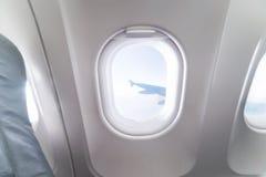 De mening van het vliegtuigvenster binnen een vliegtuig Venstervliegtuig Vakantie Royalty-vrije Stock Fotografie