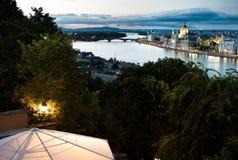 de mening van het vogeloog van Boedapest van het kasteel met het parlement en Margaret en Arpad overbruggen in mening royalty-vrije stock foto