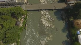 De mening van het vogeloog van Kutaisi-stad op banken van snelle Rioni-rivier, reis aan Georgië stock video
