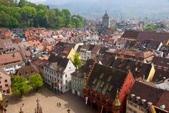 De mening van het vogeloog van gebouwen in Freiburg-im-Breisgau, Duitsland stock afbeeldingen