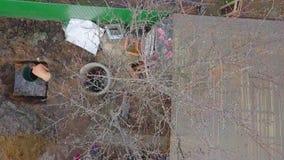 De mening van het vogelsoog van de arbeiders die grond graven stock footage
