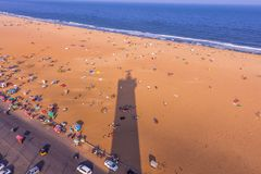 De mening van het vogelsoog van licht huis en de schaduw van licht huis, Marina Beach, Chennai, India 20 januari 2016 Stock Fotografie