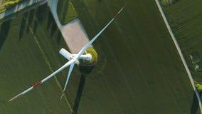 De mening van het vogelsoog over Windenergie, Turbine, Windmolen, Energieproductie bij zonsopgang - maak en Duurzame energie scho stock video