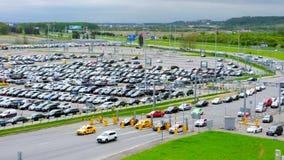 De mening van het vogelsoog van hoogte van overvol parkeerterrein en bezig verkeer bij weg dichtbij de Pulkovo-luchthaven in St.  stock footage