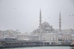 De mening van het de winterzeegezicht van de Populaire Nieuwe Brug van Mosgue en Galata- stock foto's