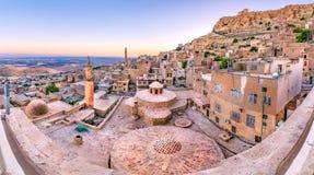De mening van het zonsopganglandschap van oude Mardin-stad stock foto