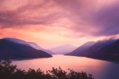 De mening van het zonsopganglandschap van Zhinvali-meer en bergen, Georgië Royalty-vrije Stock Fotografie
