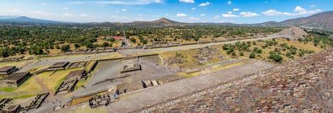 De mening van hierboven van Dode Weg en Maanpiramide in Teotihuacan ruïneert - Mexico-City, Mexico Royalty-vrije Stock Fotografie