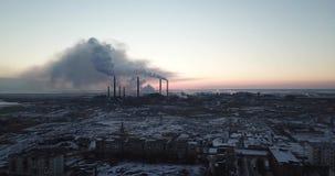 De mening van de hommel van de stad en de fabriek Zware rook die uit de pijpen komen stock video