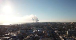 De mening van de hommel van de stad en de fabriek Zware rook die uit de pijpen komen stock videobeelden