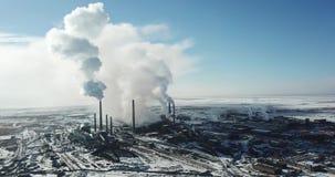 De mening van de hommel van de stad en de fabriek Zware rook die uit de pijpen komen stock footage