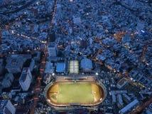 De mening van de hommelnacht van stadion met tennisbanen stock fotografie