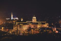 De mening van Hongaars Parlementsgebouw, het Parlement van Boedapest buitenkant, riep ook Orszaghaz, met Donau-rivier en stadspan Stock Foto's