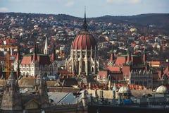 De mening van Hongaars Parlementsgebouw, het Parlement van Boedapest buitenkant, riep ook Orszaghaz, met Donau-rivier en stadspan Royalty-vrije Stock Foto