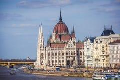 De mening van Hongaars Parlementsgebouw, het Parlement van Boedapest buitenkant, riep ook Orszaghaz, met Donau-rivier en stadspan Royalty-vrije Stock Afbeeldingen