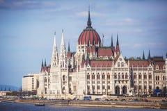 De mening van Hongaars Parlementsgebouw, het Parlement van Boedapest buitenkant, riep ook Orszaghaz, met Donau-rivier en stadspan Royalty-vrije Stock Fotografie