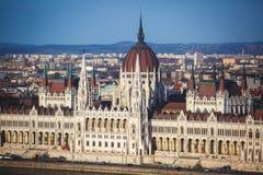 De mening van Hongaars Parlementsgebouw, het Parlement van Boedapest buitenkant, riep ook Orszaghaz, met Donau-rivier en stadspan Stock Afbeelding