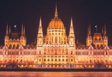 De mening van Hongaars Parlementsgebouw, het Parlement van Boedapest buitenkant, riep ook Orszaghaz, met Donau-rivier en stadspan Royalty-vrije Stock Afbeelding