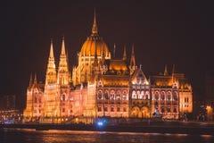 De mening van Hongaars Parlementsgebouw, het Parlement van Boedapest buitenkant, riep ook Orszaghaz, met Donau-rivier en stadspan Stock Foto