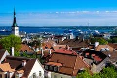 De mening van de hoogte van de stad van Talin en de Oostzee stock foto