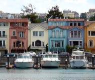 De mening van huizen in de stad aan jachthaven Royalty-vrije Stock Fotografie