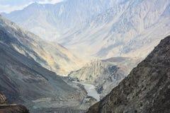 De mening van de Indusrivier vanaf bergbovenkant stock fotografie