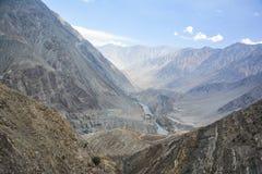 De mening van de Indusrivier vanaf bergbovenkant stock foto's