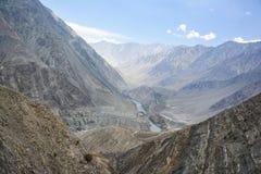 De mening van de Indusrivier vanaf bergbovenkant stock foto