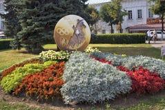 De mening van installaties, de bloemen en de cijfers in de stad parkeren in historisch stadscentrum van Yaroslavl, Rusland Royalty-vrije Stock Fotografie